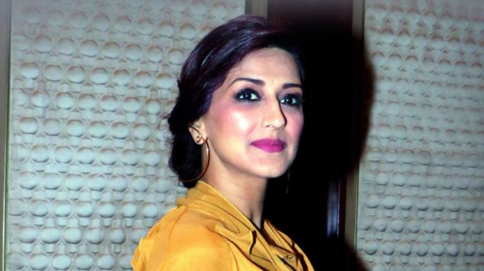 Bollywood actor Sonali Bendre Pics 696x390
